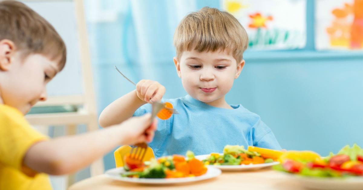 [Conheça dicas importantes para ajudar seu filho a comer alimentos saudáveis]